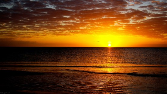 Soleil doré sur une mer calme et limpide à télécharger sur hdw